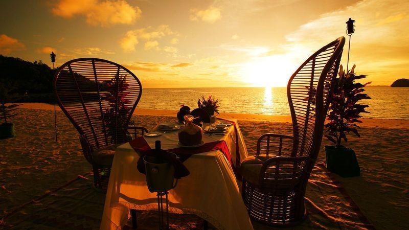 chaises-champagne-coucher-de-soleil-couverts-plage-romantique-table_1920x1080
